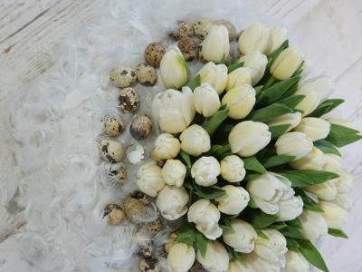 Die Blumen kommen in den Topf in der Gesteckmitte