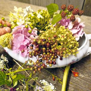 Sauciere mit Blumenschmuck